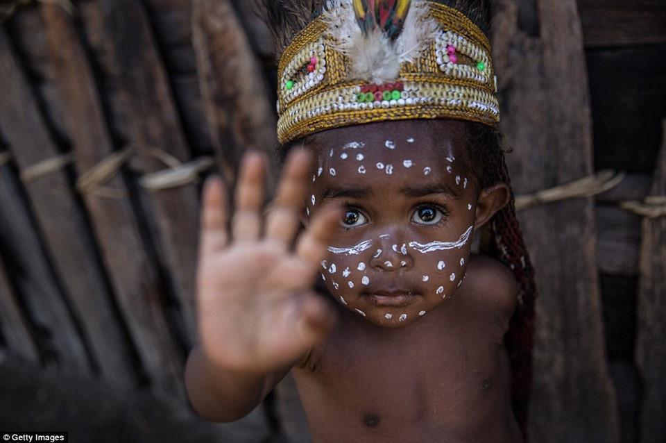 Hủ tục cắt ngón tay man rợ của bộ tộc Dani ở Indonesia-6