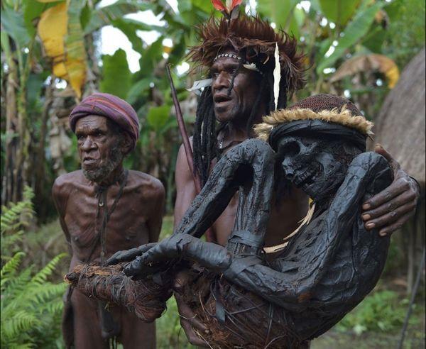 Hủ tục cắt ngón tay man rợ của bộ tộc Dani ở Indonesia-7