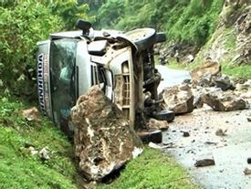 Điện Biên: Đá bất ngờ rơi trúng xe khách 16 chỗ, nhiều người trọng thương