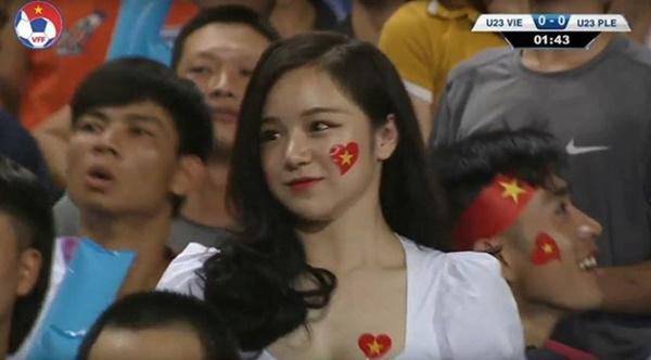 Hot girl ngủ gật gây chú ý ở trận đấu U23 Việt Nam - Palestine-1