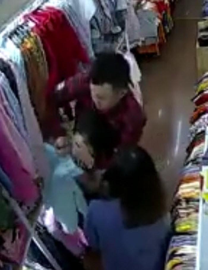 Clip tên cướp đi cùng gái xinh truy sát nữ nhân viên bán quần áo ở Đắk Lắk-1