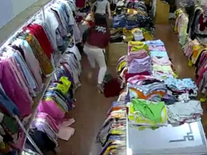 Clip tên cướp đi cùng gái xinh truy sát nữ nhân viên bán quần áo ở Đắk Lắk-2