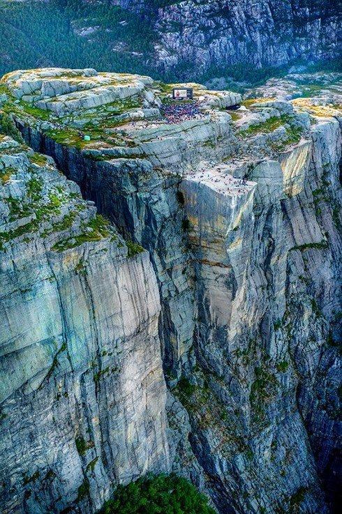 2000 khán giả leo núi đá cao xem phim bom tấn do Tom Cruise đóng-2