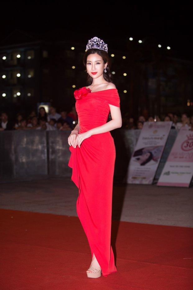 Cùng gây thương nhớ bởi váy áo tông trắng, Nhã Phương - Bích Phương chiếm trọn spotlight thảm đỏ tuần qua-7
