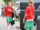 Đính hôn rồi mà Justin Bieber vẫn không bỏ được đam mê mặc quần tụt ra đường