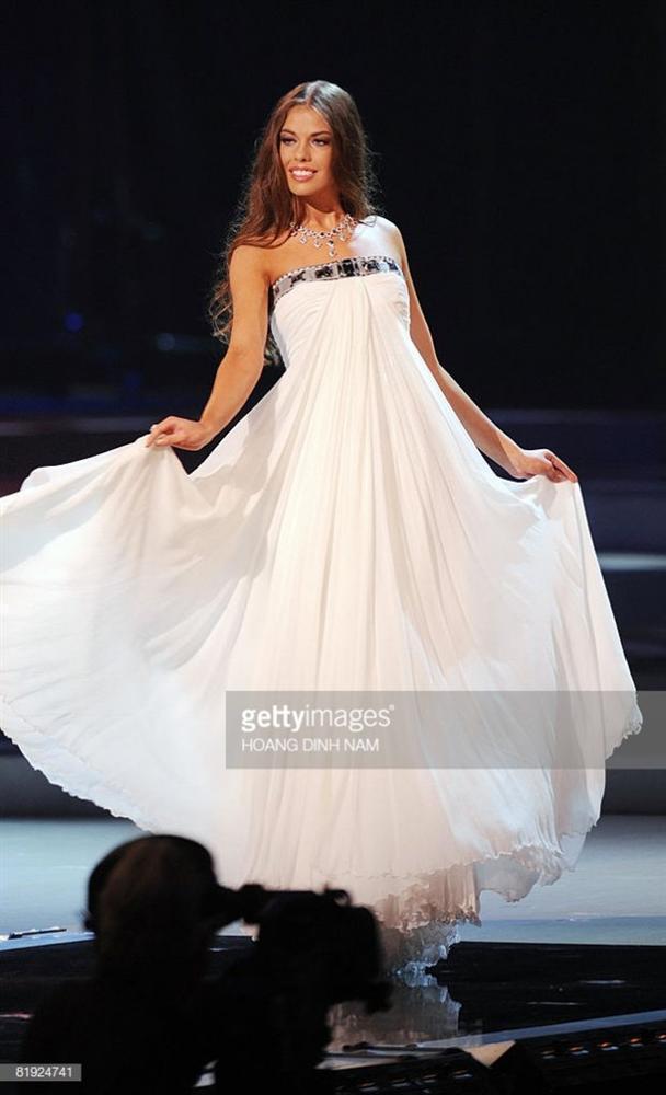Những đàn chị mặc sắc trắng đẹp thần sầu HHen Niê nên học hỏi tại Miss Universe-8