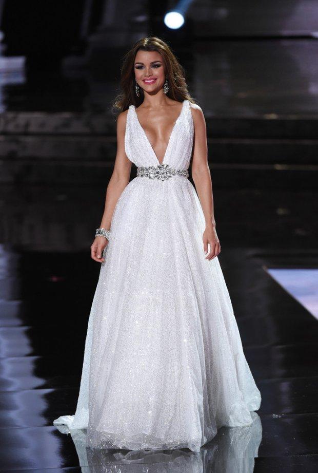 Những đàn chị mặc sắc trắng đẹp thần sầu HHen Niê nên học hỏi tại Miss Universe-10