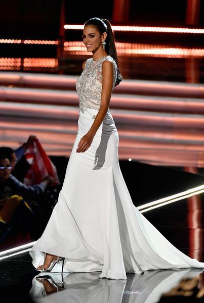 Những đàn chị mặc sắc trắng đẹp thần sầu HHen Niê nên học hỏi tại Miss Universe-11