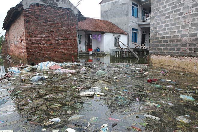 Chương Mỹ nước rút gần 1m, người dân vớt rác mãi không hết-9