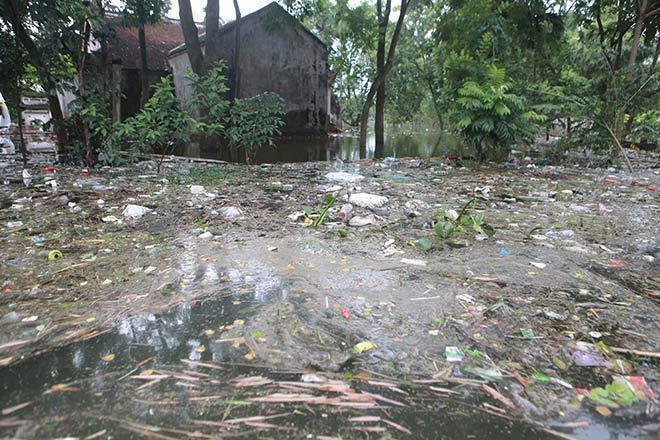 Chương Mỹ nước rút gần 1m, người dân vớt rác mãi không hết-10