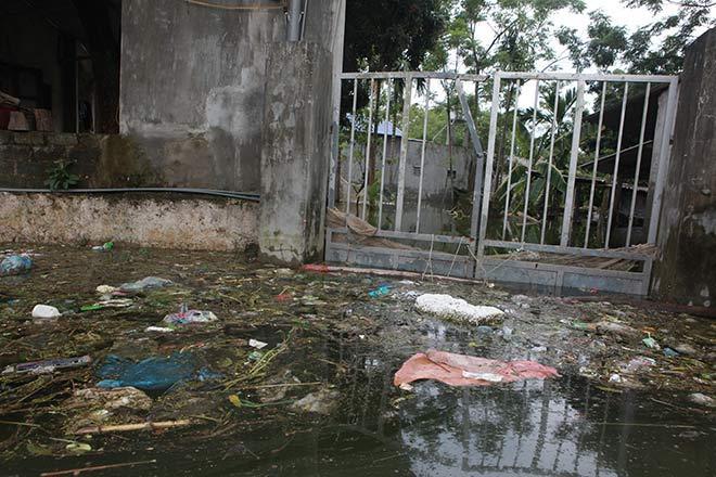Chương Mỹ nước rút gần 1m, người dân vớt rác mãi không hết-12