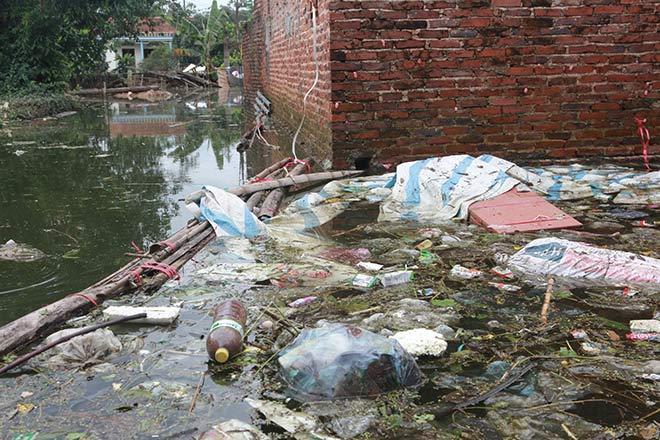 Chương Mỹ nước rút gần 1m, người dân vớt rác mãi không hết-13