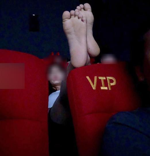 Cô gái mặc quần ngắn ngang nhiên gác 2 chân lên ghế trong rạp chiếu phim khiến bao người nhức mắt-1