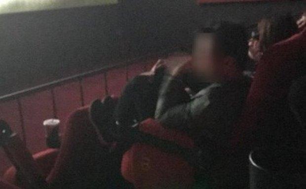 Cô gái mặc quần ngắn ngang nhiên gác 2 chân lên ghế trong rạp chiếu phim khiến bao người nhức mắt-3