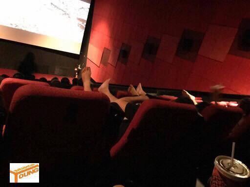 Cô gái mặc quần ngắn ngang nhiên gác 2 chân lên ghế trong rạp chiếu phim khiến bao người nhức mắt-4