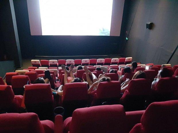 Cô gái mặc quần ngắn ngang nhiên gác 2 chân lên ghế trong rạp chiếu phim khiến bao người nhức mắt-5