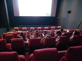 Cô gái mặc quần ngắn ngang nhiên gác 2 chân lên ghế trong rạp chiếu phim khiến bao người 'nhức mắt'