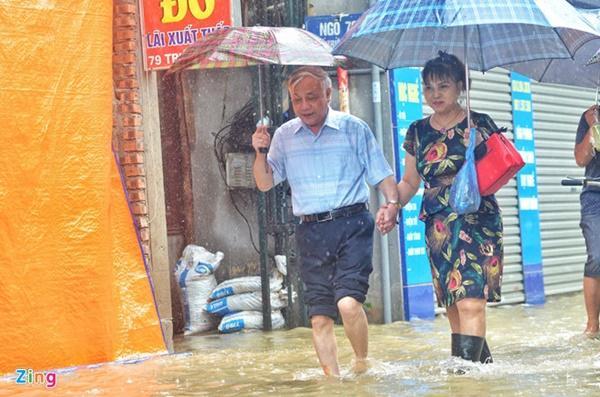 Áp thấp giữa Biển Đông gây mưa dông, gió giật mạnh-1