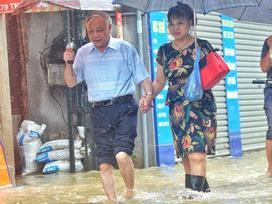 Áp thấp giữa Biển Đông gây mưa dông, gió giật mạnh