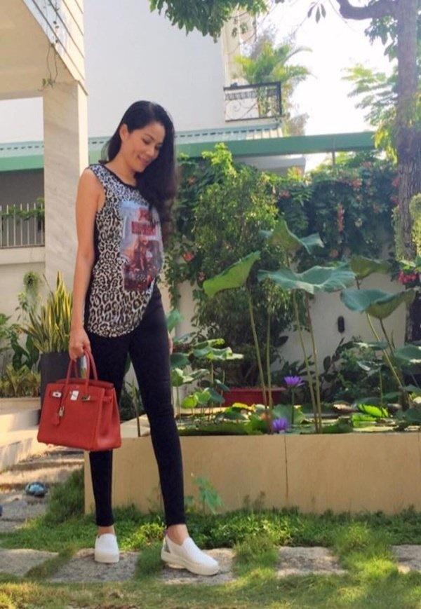 Vợ MC Quyền Linh sang chảnh hết nấc với loạt đồ hiệu-10