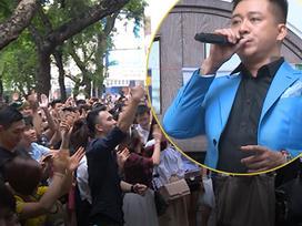 Hàng trăm người tập trung đứng trước nhà Tuấn Hưng nghe hát từ ban công