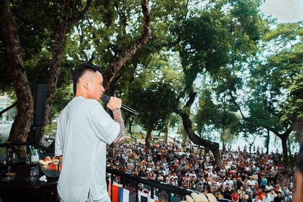 Hàng trăm người tập trung đứng trước nhà Tuấn Hưng nghe hát từ ban công-3
