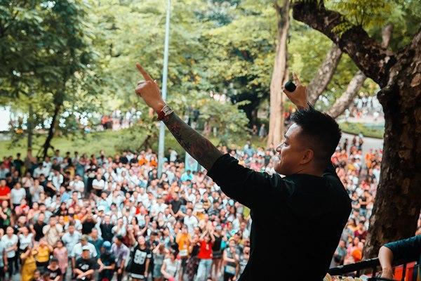 Hàng trăm người tập trung đứng trước nhà Tuấn Hưng nghe hát từ ban công-1