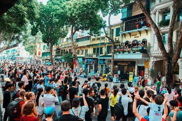 Hàng trăm người tập trung đứng trước nhà Tuấn Hưng nghe hát từ ban công-2