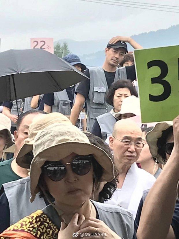 Fan bắt gặp Jo In Sung giản dị đi du lịch tại Trung Quốc-2