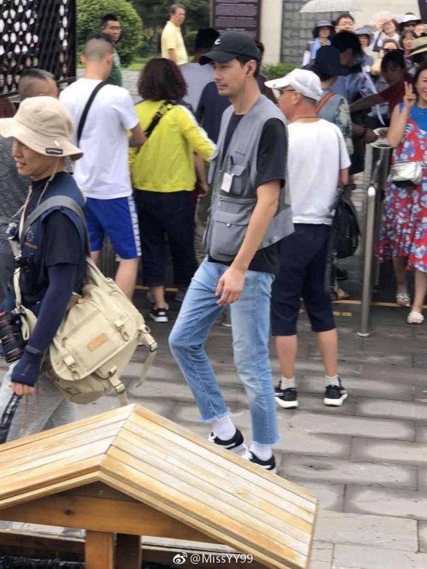 Fan bắt gặp Jo In Sung giản dị đi du lịch tại Trung Quốc-7