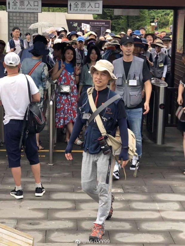 Fan bắt gặp Jo In Sung giản dị đi du lịch tại Trung Quốc-8