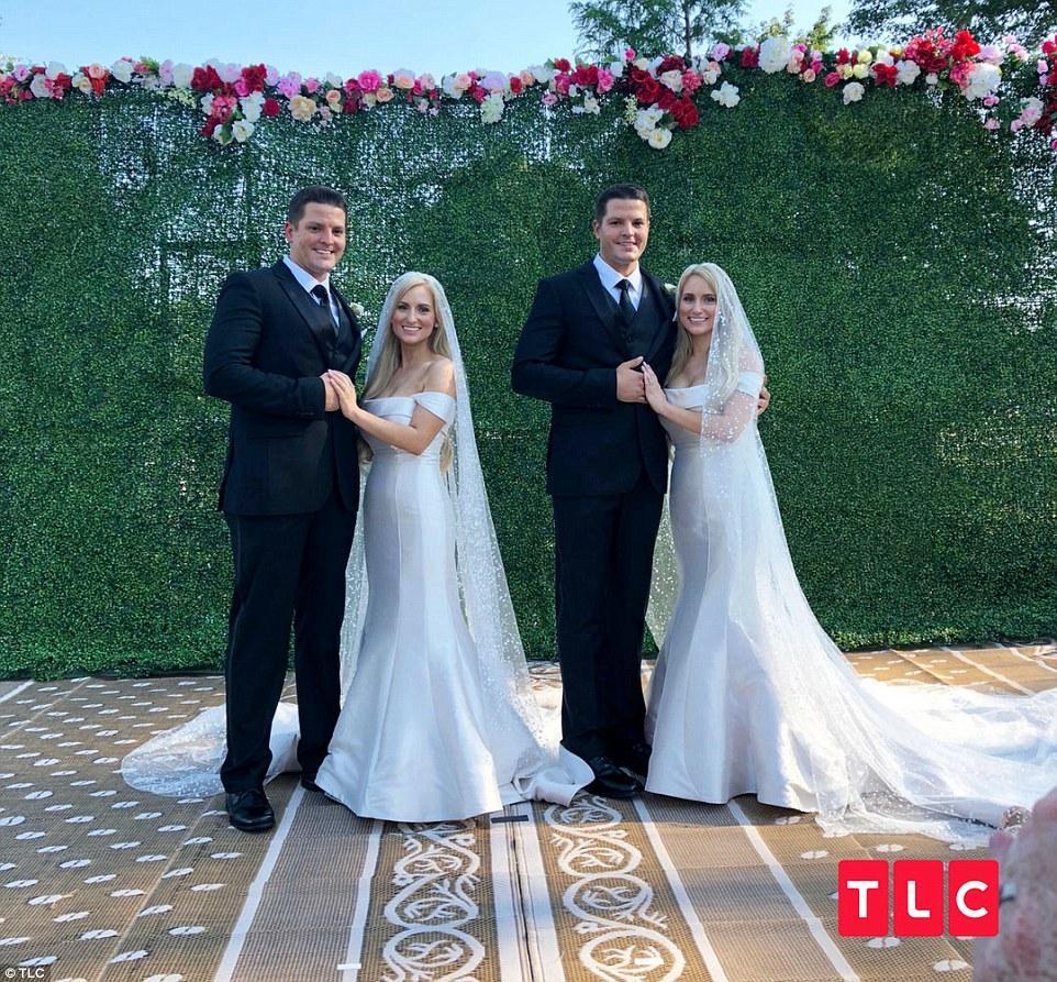 Đám cưới hai cặp song sinh khiến dân tình hoang mang không phân biệt nổi cô dâu, chú rể-1