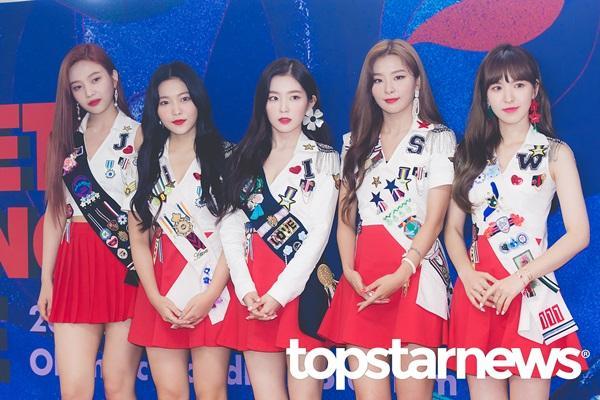 Irene được fan gọi là visual thế kỷ trong lần đầu tiên diện áo xẻ ngực-2