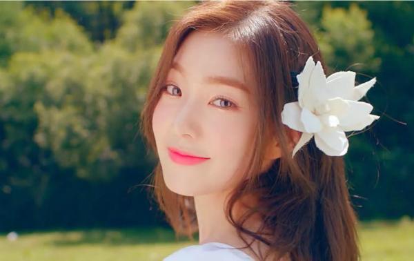 Irene được fan gọi là visual thế kỷ trong lần đầu tiên diện áo xẻ ngực-4