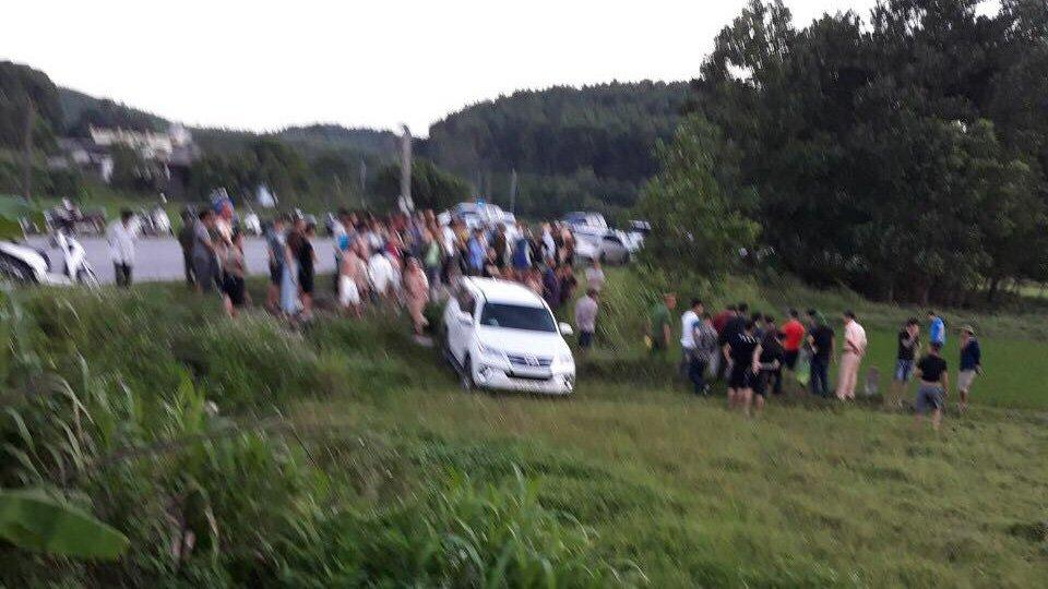 Quảng Ninh: Húc xe CSGT, ô tô nghi chở ma túy lao xuống đồng cỏ-1