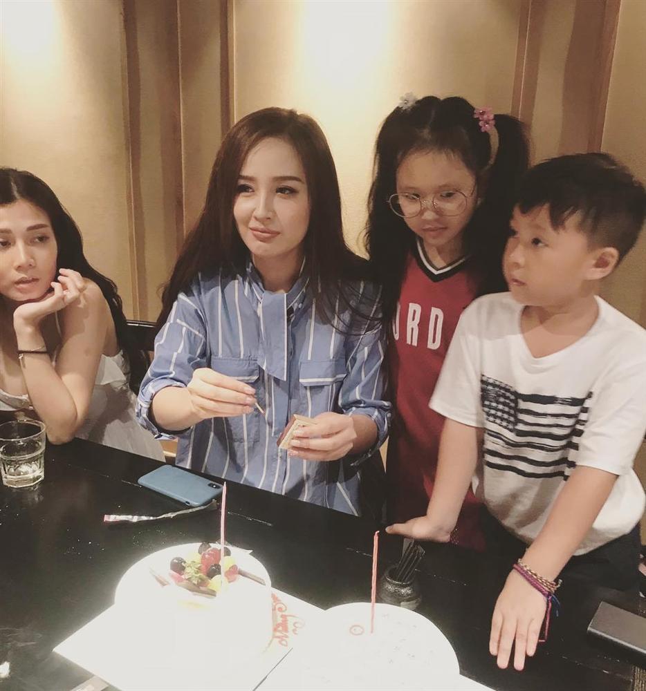 Mẹ đẻ Angela Phương Trinh được khen lão hóa ngược trẻ đẹp không kém con gái-11