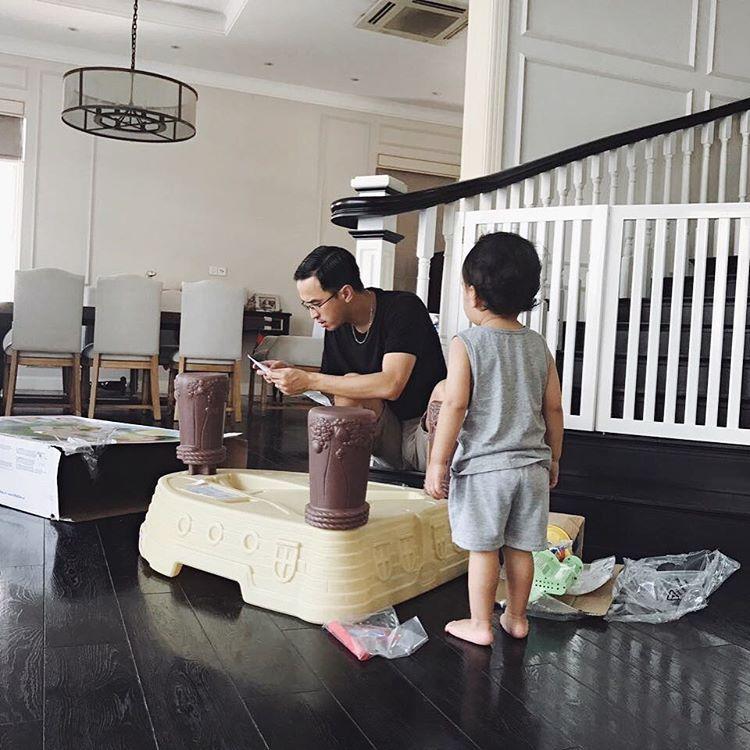 Tiểu công chúa nhà Tăng Thanh Hà lần đầu lộ diện cùng ba mẹ và anh trai-13