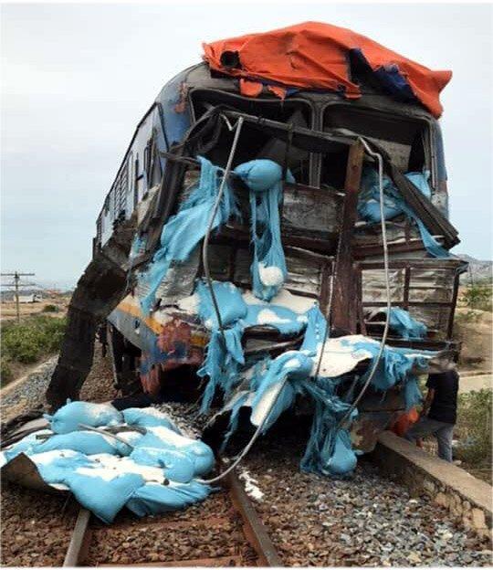 Tàu hỏa tông xe tải văng xa, đường sắt tê liệt-1