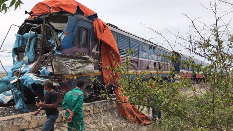 Tàu hỏa tông xe tải văng xa, đường sắt tê liệt-2