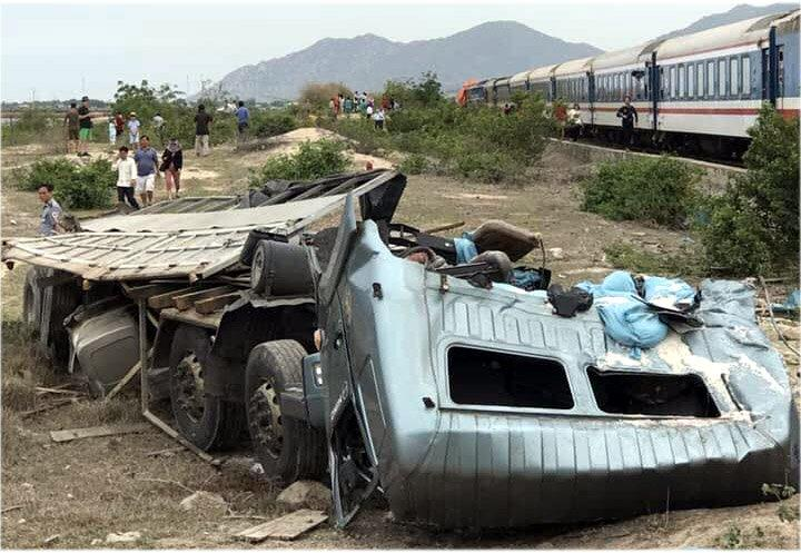Tàu hỏa tông xe tải văng xa, đường sắt tê liệt-4