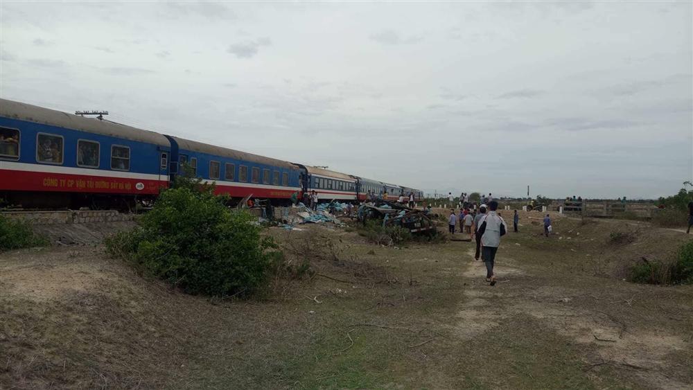 Tàu hỏa tông xe tải văng xa, đường sắt tê liệt-5