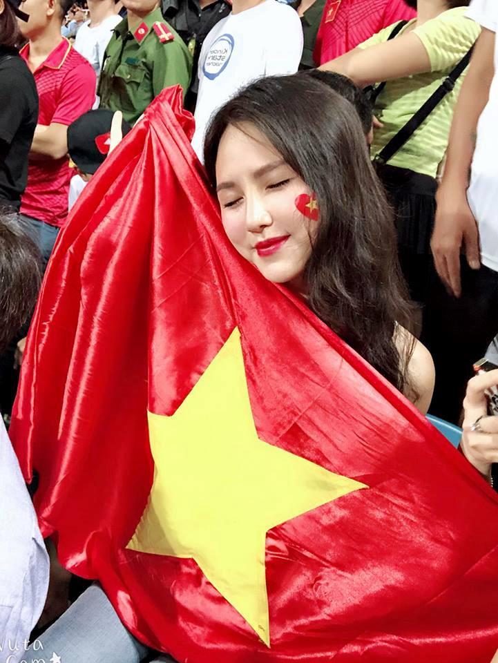 Hotgirl World Cup gây chú ý trong trận U23 Việt Nam - Uzbekistan-2