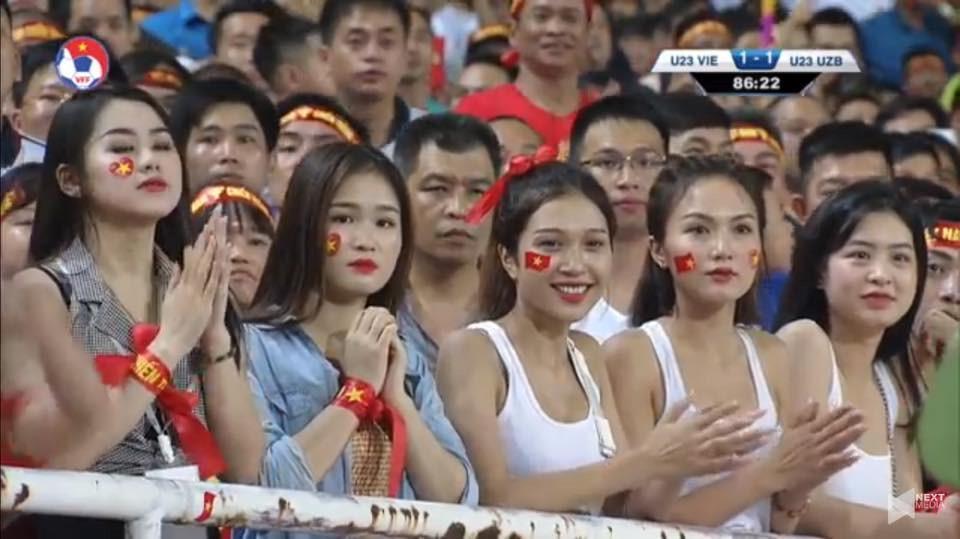 Hotgirl World Cup gây chú ý trong trận U23 Việt Nam - Uzbekistan-6