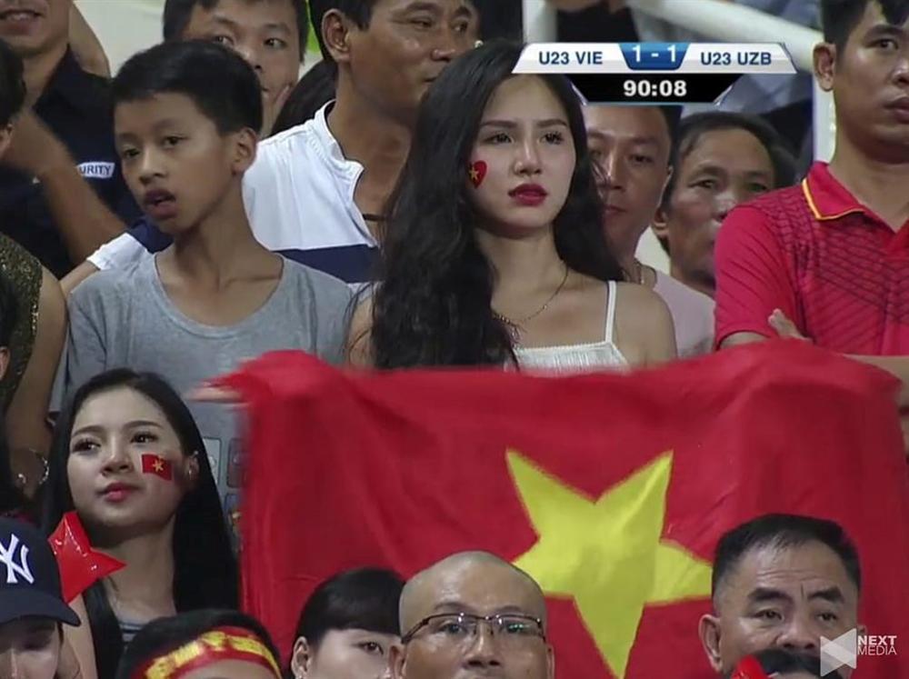 Hotgirl World Cup gây chú ý trong trận U23 Việt Nam - Uzbekistan-1