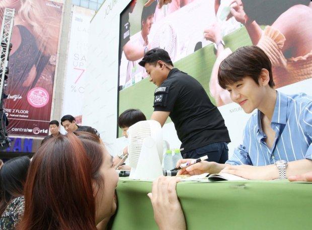 50.000 fan Thái xếp hàng dưới cái nắng chói chang: Ai nói sức hút của EXO hạ nhiệt?-3