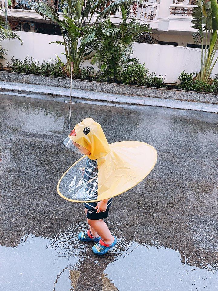 Ly Kute thích thú quay clip con trai hóa thành vịt con chơi đùa dưới mưa-2