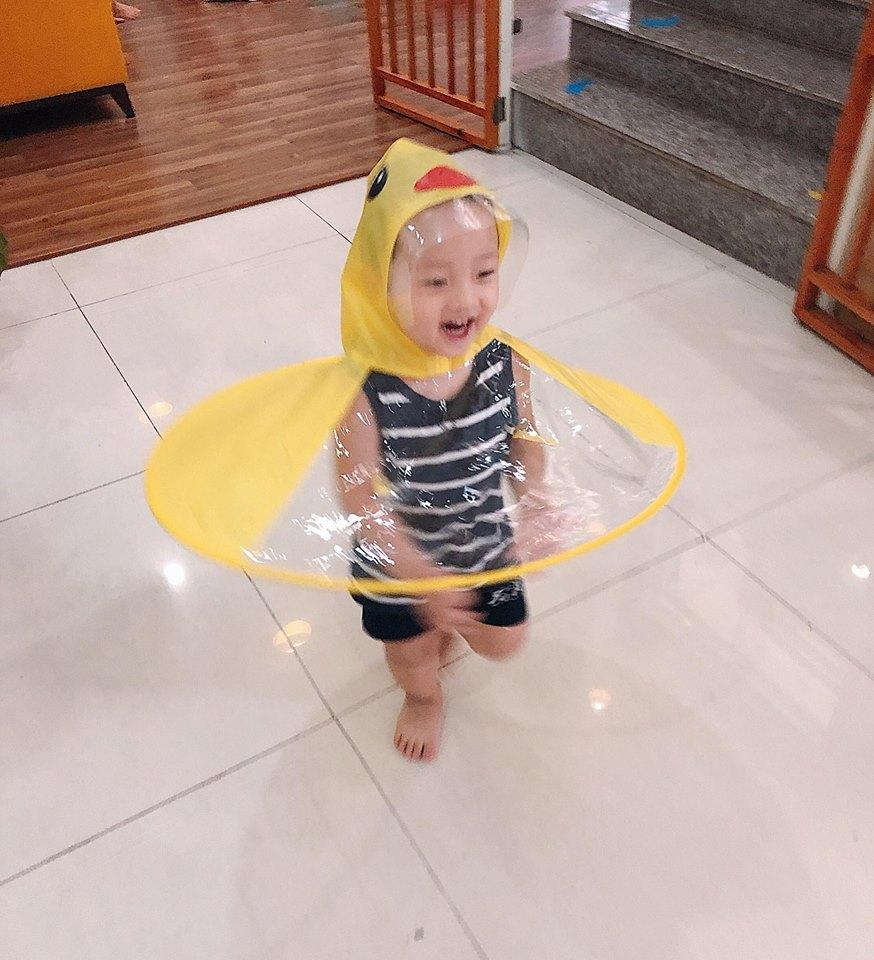 Ly Kute thích thú quay clip con trai hóa thành vịt con chơi đùa dưới mưa-1
