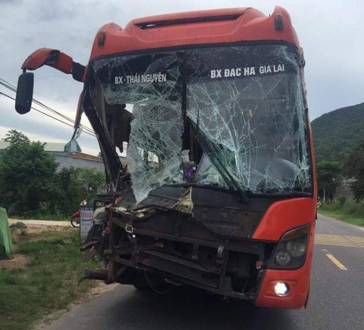Tai nạn liên hoàn ở Quảng Nam, đầu xe khách biến dạng-1