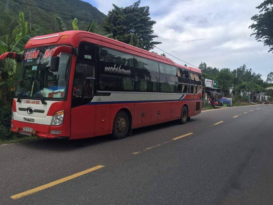 Tai nạn liên hoàn ở Quảng Nam, đầu xe khách biến dạng-2