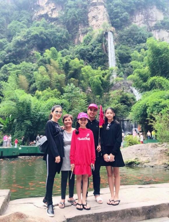 MC Quyền Linh giản dị cùng gia đình du lịch Phượng Hoàng Cổ Trấn-5